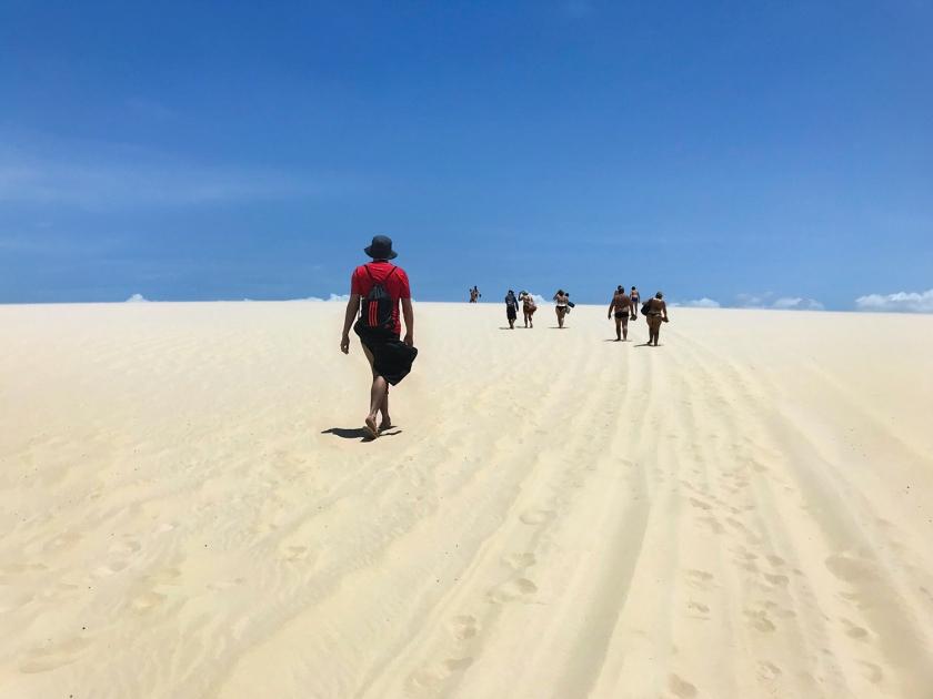 Caminhada pela duna de areia até a lagoa