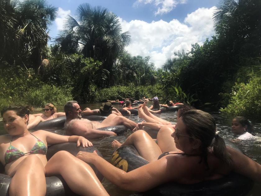 Pessoal descendo o rio de boia