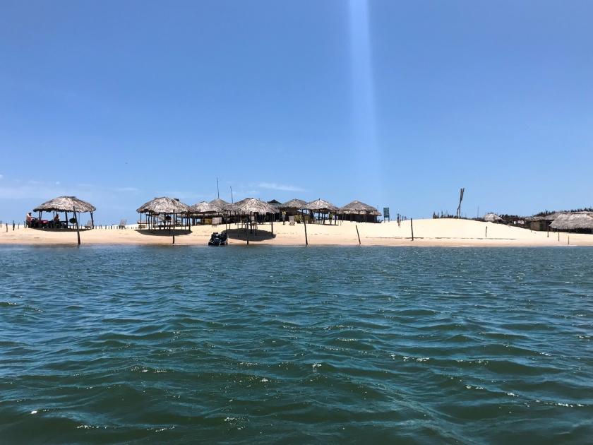 Encontro do rio com o mar na Praia de Caburé