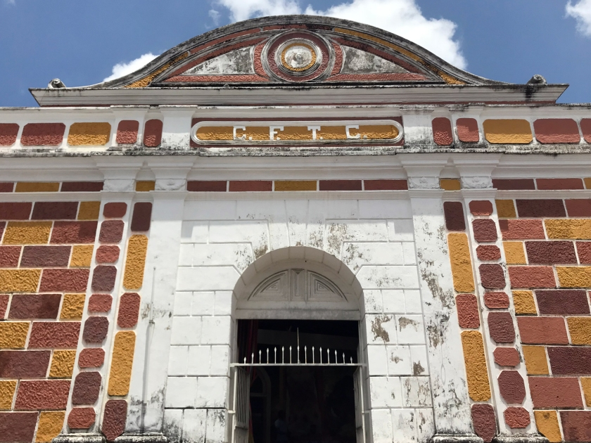 Fachada e entrada do prédio