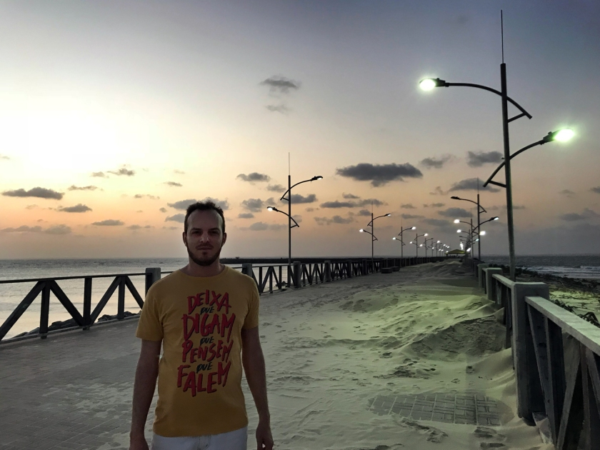 Areia da praia invade o calçadão