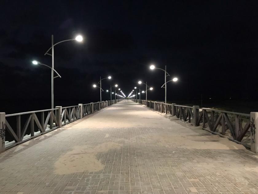 Calçadão iluminado no começo da noite