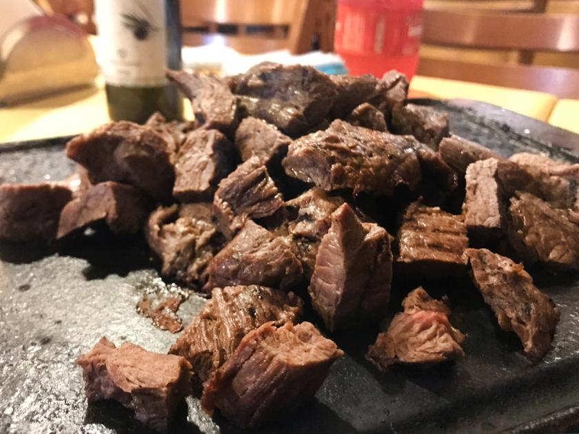 Porção de carne de sol com paçoca e mandioca frita
