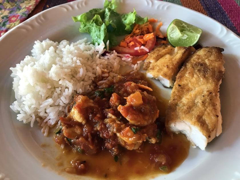 Peixe grelhado e camarão