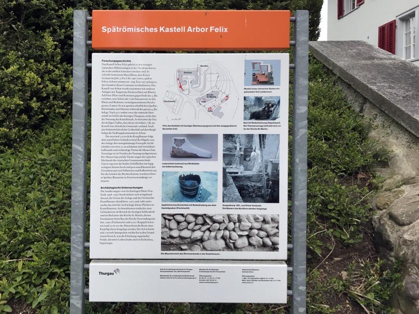 Placa sobre as escavações na fortaleza romana
