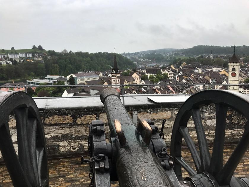 Canhão mirado para a cidade