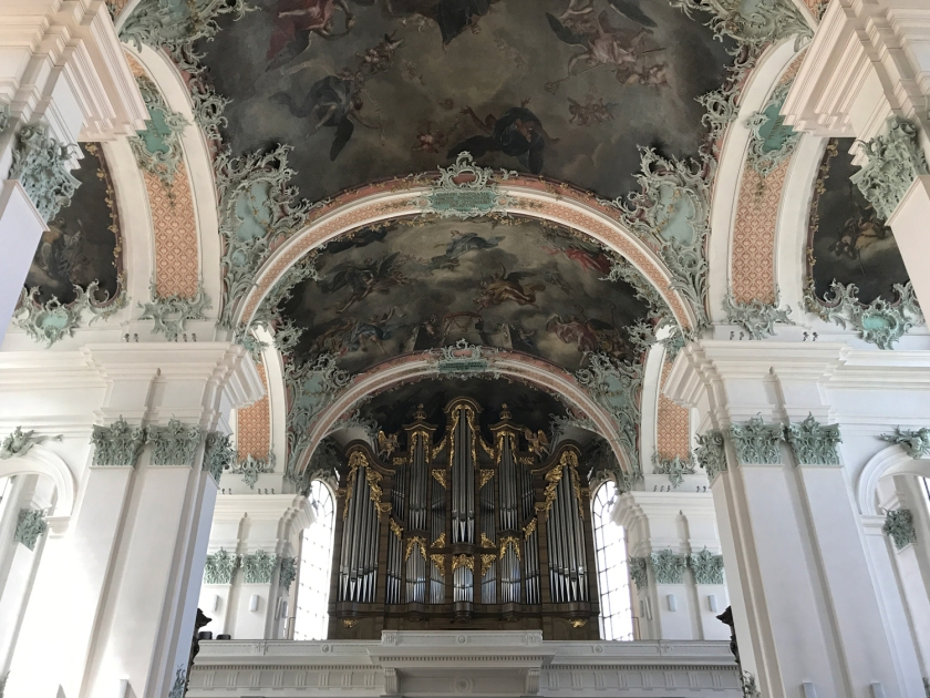 Órgão principal nos fundos da igreja