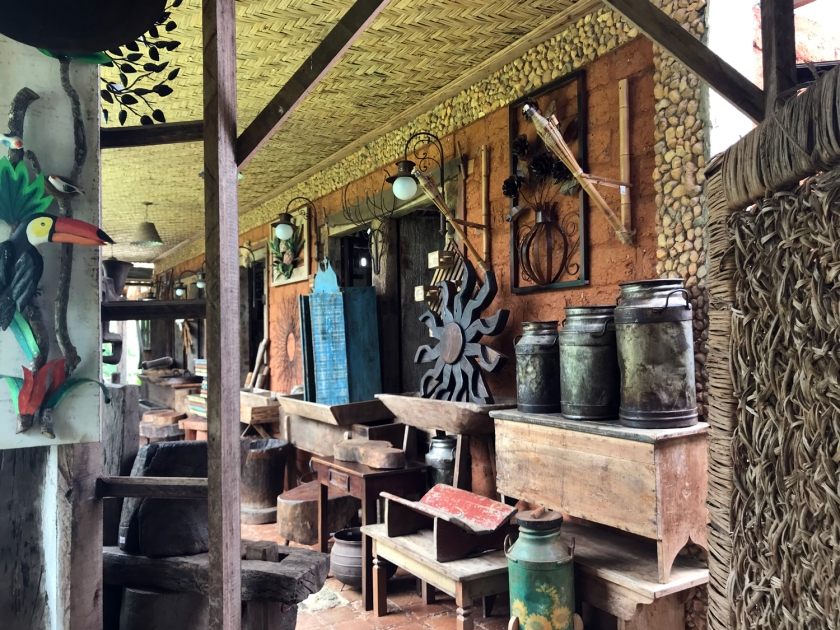 Loja com objetos antigos e artesanato