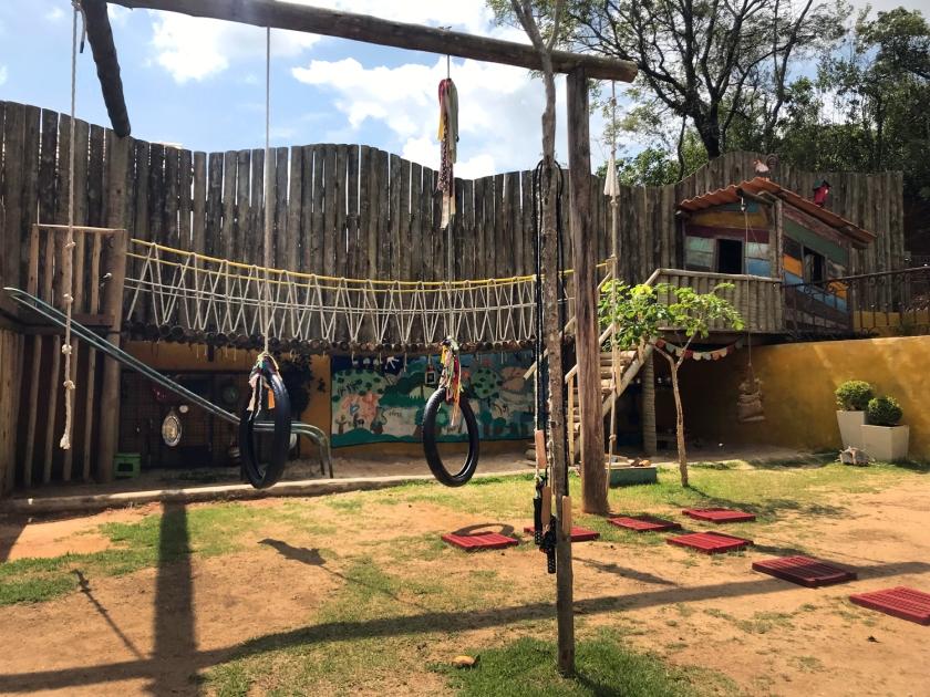 Playground com brinquedos tradicionais