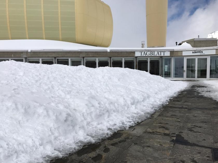 Parte externa cheia de neve