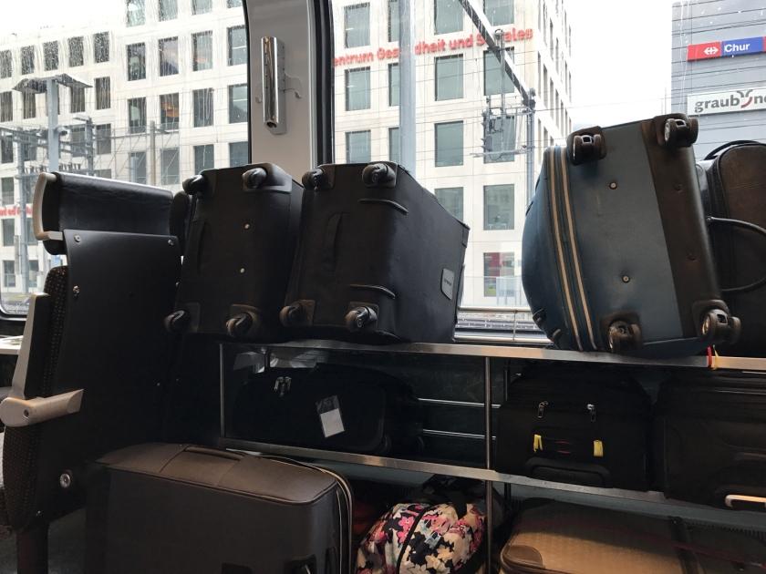 As malas são colocadas no próprio vagão