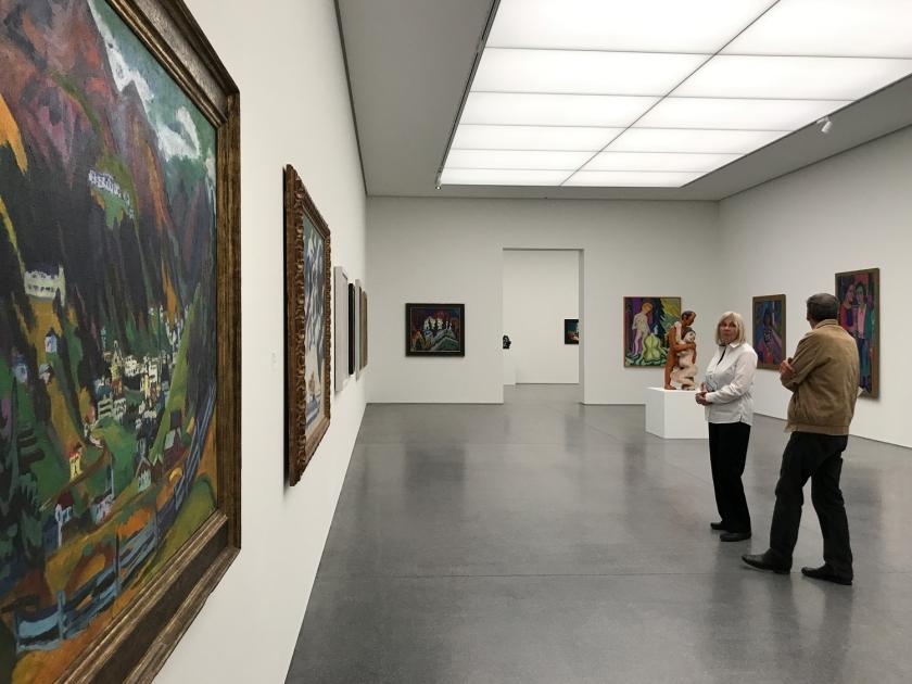 Sala com obras expressionistas