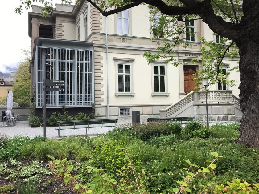 Placas indicam a entrada do museu