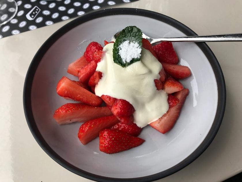 Coupe de fraises crème double de la Gruyère