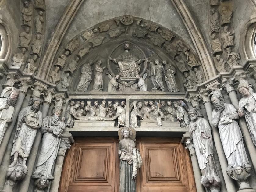Esculturas de um dos portais