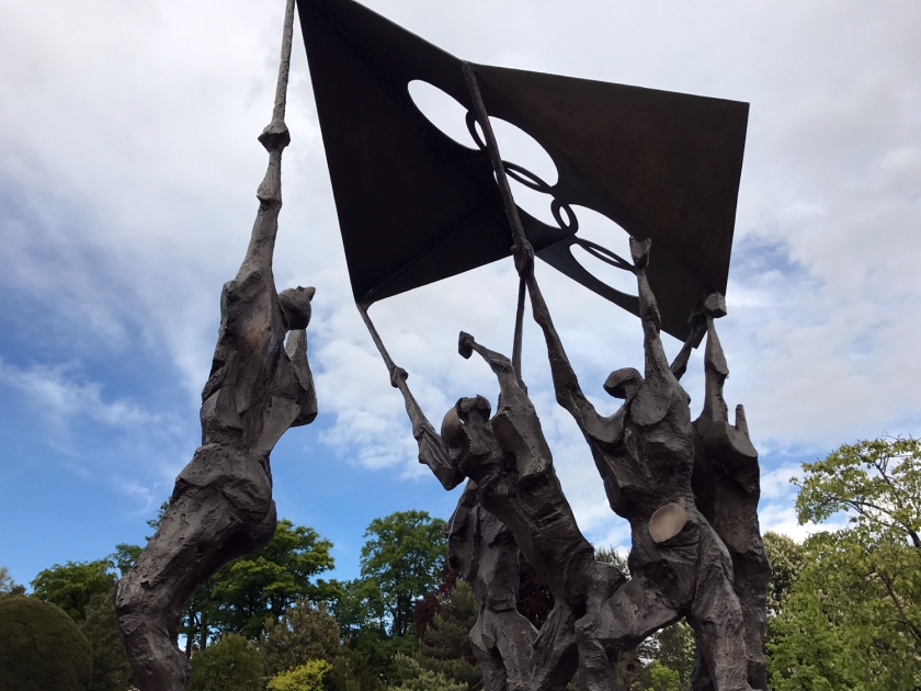 Escultura com o símbolo no Parc Olympique
