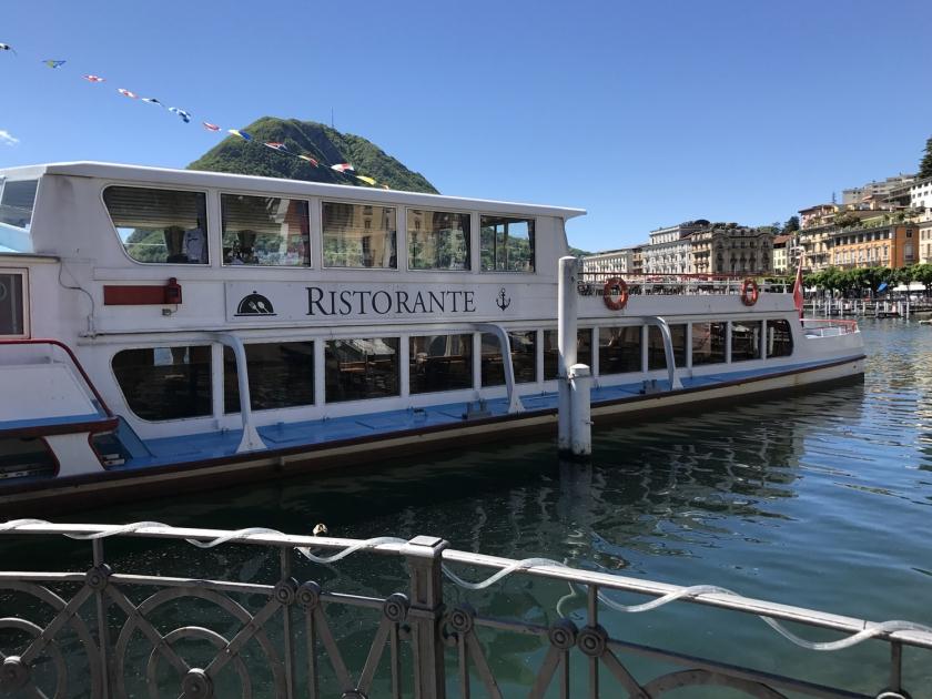 Barco com restaurante