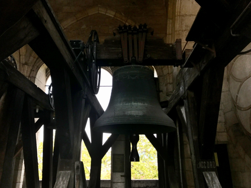 Um dos sinos da torre sul