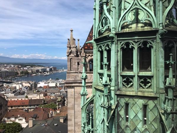 A estrutura verde entre as duas torres