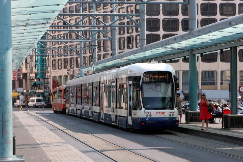 Transporte público em frente à estação