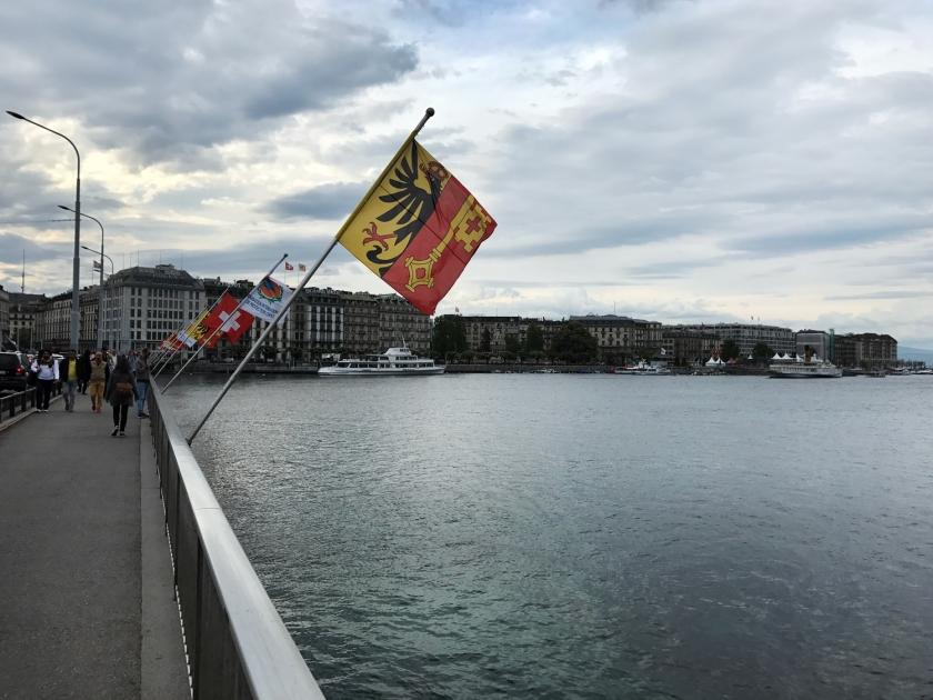 Bandeiras na Pont du Mont-Blanc