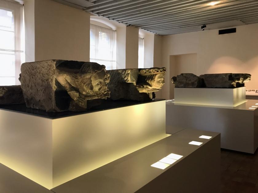 Esculturas que ficavam expostas na fachada