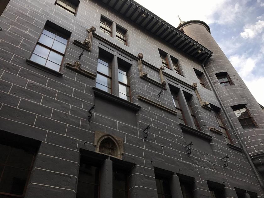 Fachada com esculturas e torre