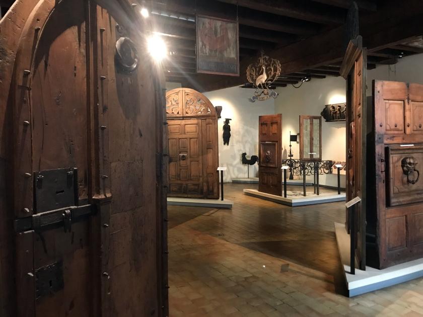 Exposição de portas e placas