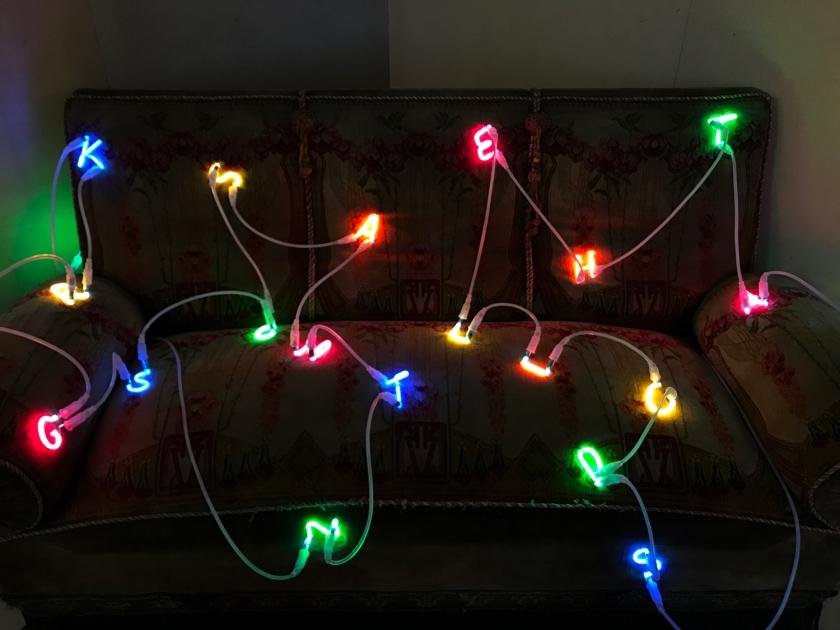 Sofá com luzes em forma de letras