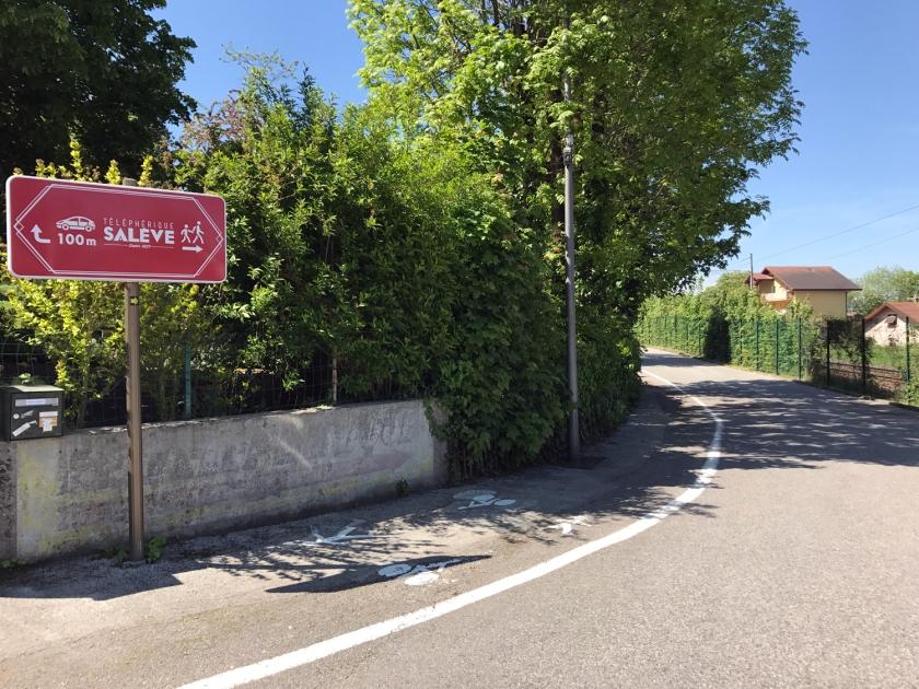 Placas indicam o caminho para carro e pedestres