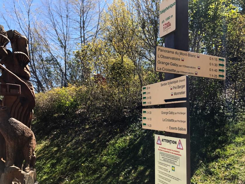 Placas indicando as trilhas
