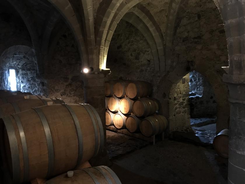 Adega com vinho de fabricação própria
