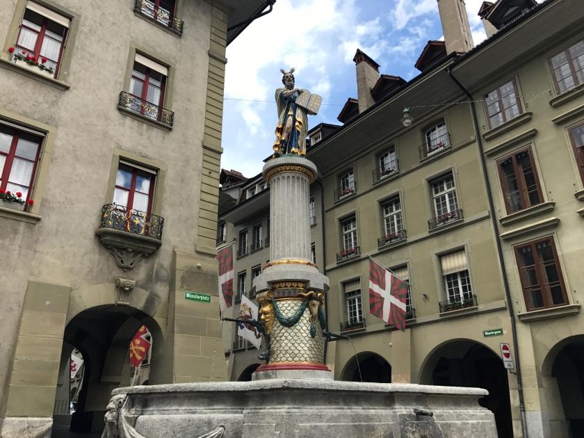 Mosesbrunnen, fonte em frente à catedral