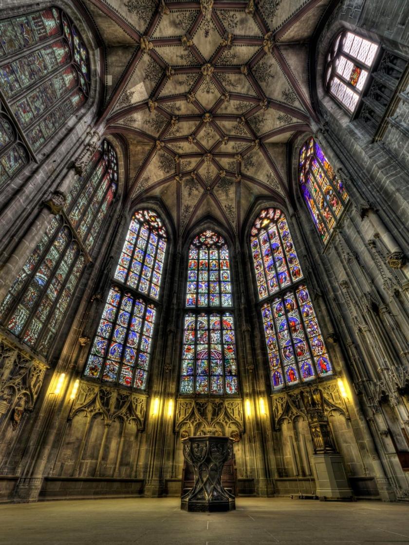 Teto abobadado e vitrais do coro