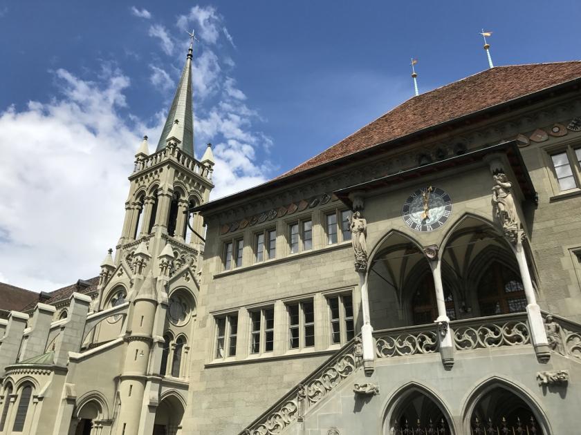Rathaus e a Kirche St. Peter und Paul