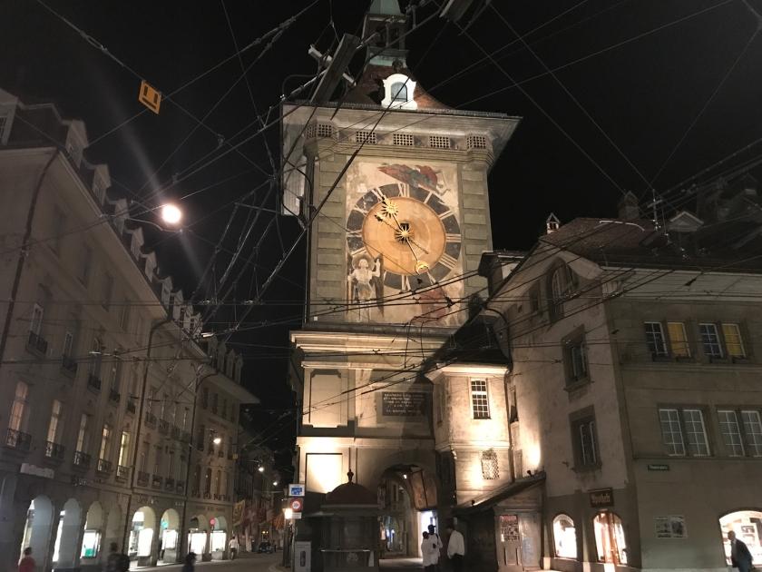 Vista noturna da torre do relógio