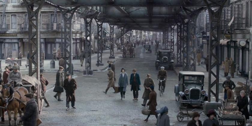Personagens caminham por Nova York