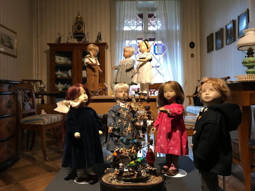 Exposição de bonecos na casa