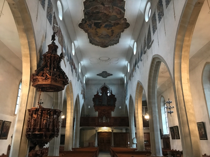 Bandeiras na nave principal da Franziskanerkirche