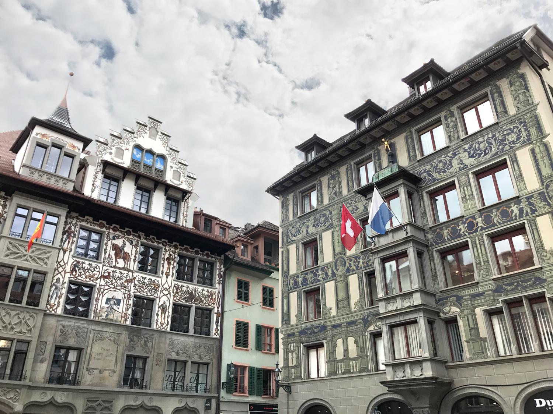 Pinturas nas fachadas da Hirschenplatz