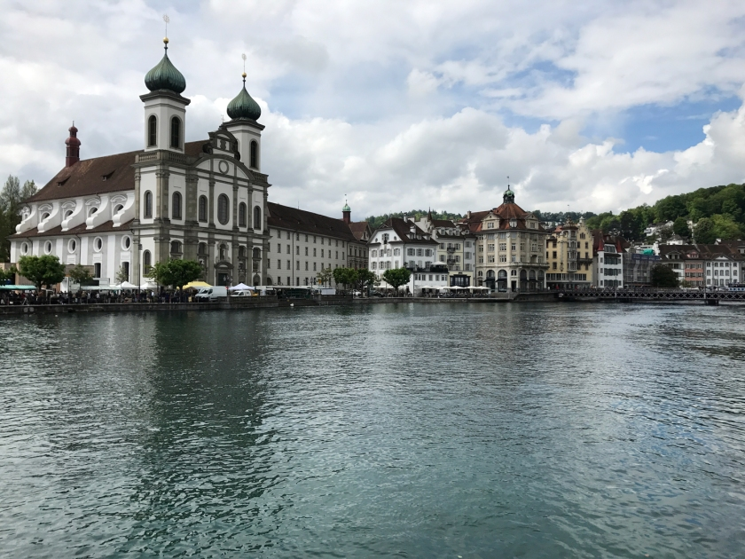 Jesuitenkirche vista do rio Reuss