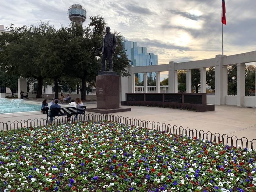 Jardim, fonte e estátua da Dealey Plaza