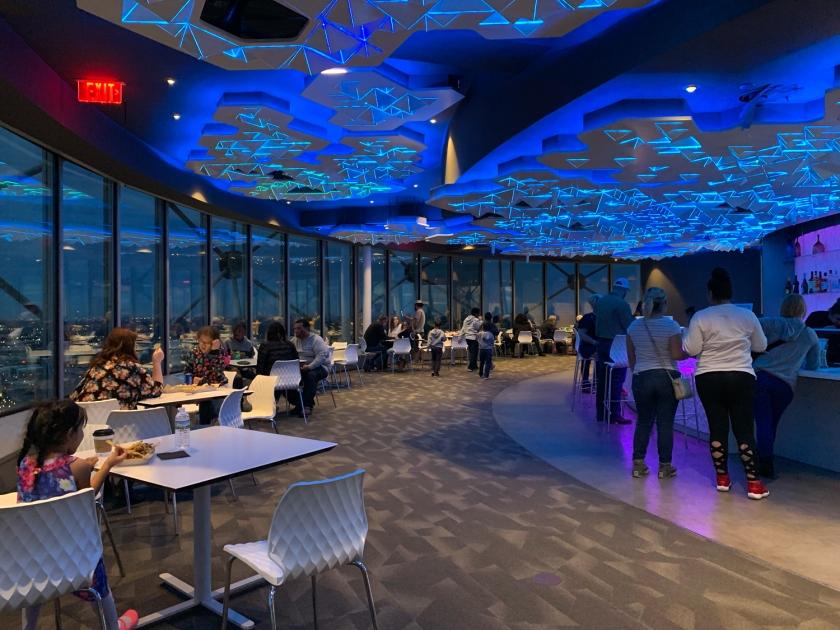 Iluminação do Cloud Nine Café a noite