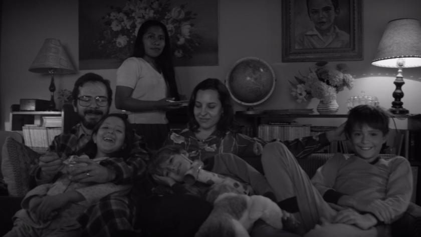 Família reunida assistindo TV