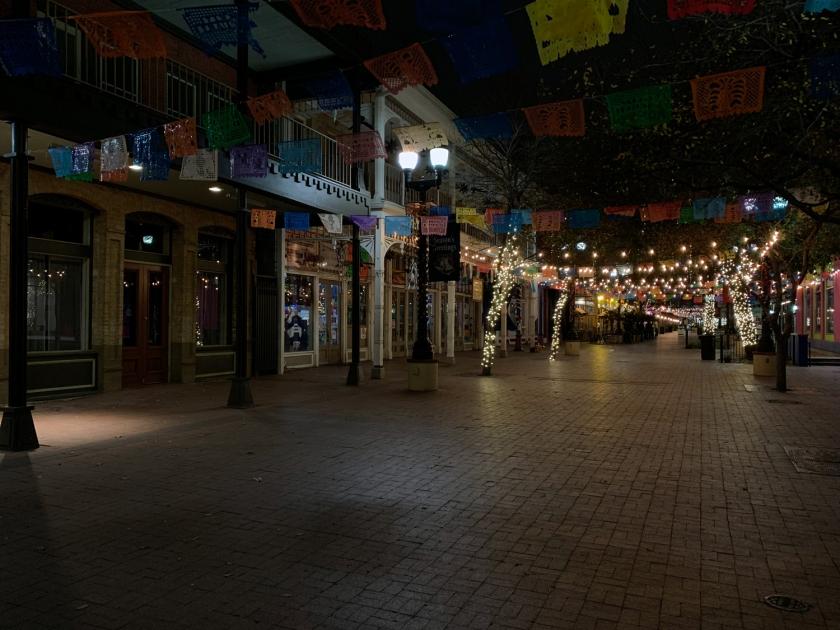 A rua deserta com as lojas fechadas