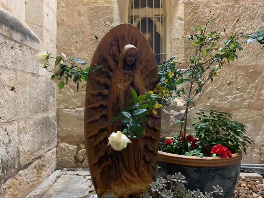 Escultura na lateral da igreja