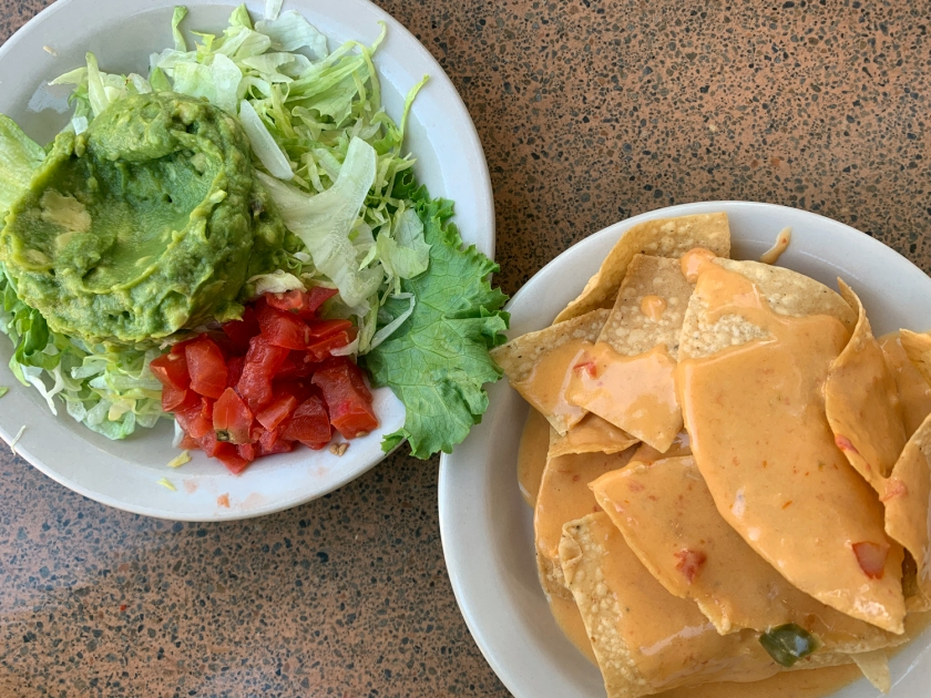 Salada e nachos do Deluxe Dinner