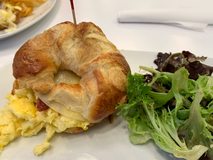 Croissant recheado e salada verde