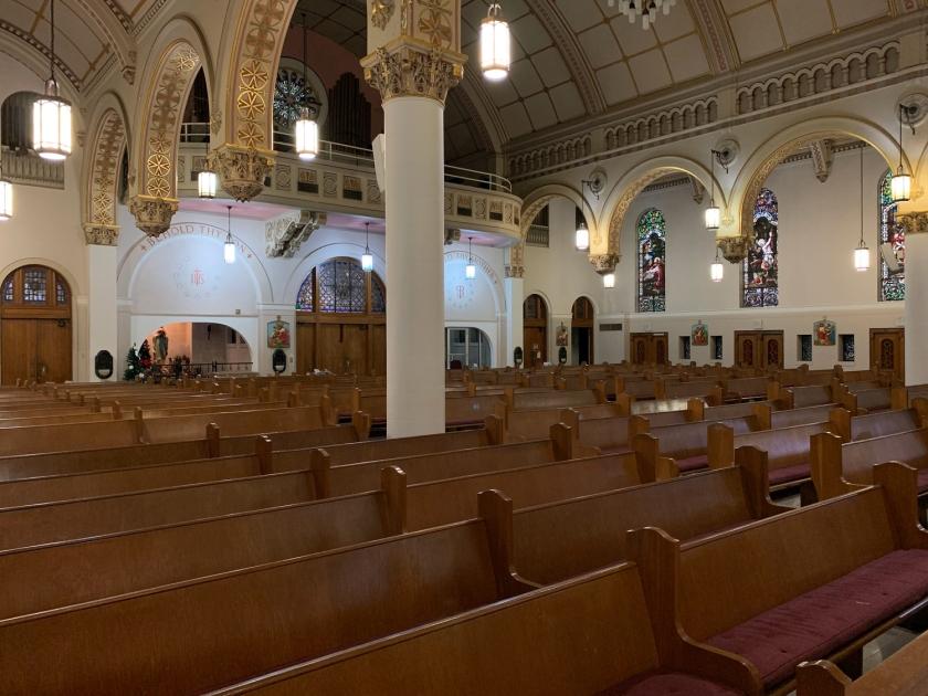 Decoração simples do interior da igreja