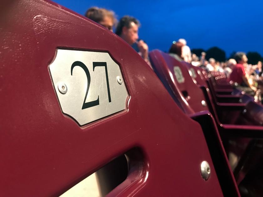 Assentos marcados na área coberta